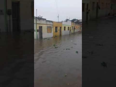 Assaré  Açude rompe e água invade casas em Assaré