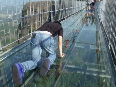 (VIDEO) Da li biste smeli da pređete preko staklenog mosta? data-original=