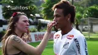 Neymar resolveu mostrar mais um de seus truques com a bola de futebol, mas dessa vez com a perna esquerda! Será que...