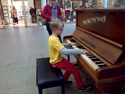 這位8歲小男孩被路邊的鋼琴吸引「隨便彈了一下」,沒想到一抬頭後他眼前都擠滿了觀眾!
