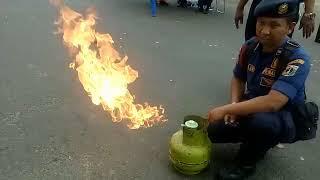 Video Petugas Damkar Memadamkan Api Kebocoran Tabung Gas Hanya dengan Jari MP3, 3GP, MP4, WEBM, AVI, FLV Desember 2017