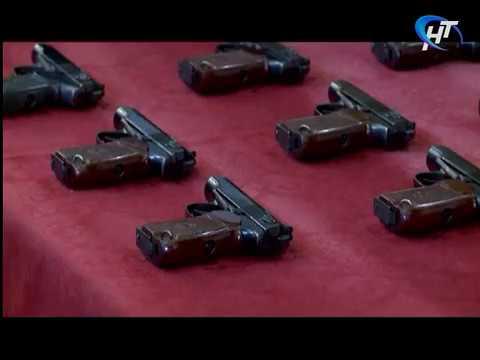 Молодые новгородские полицейские получили табельное оружие