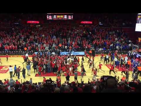 Rutgers fans storm the court after stunning Seton Hall (видео)