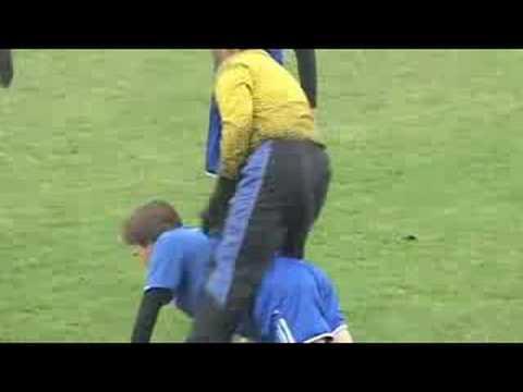 「[サッカー]ハイスピードなスローイン「ハンドスプリングスロー」が顔面を直撃。」のイメージ