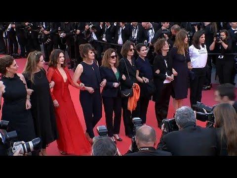 العرب اليوم - شاهد: مسيرة لنجمات مهرجان كان تضامنًا مع حقوق المرأة الفنية
