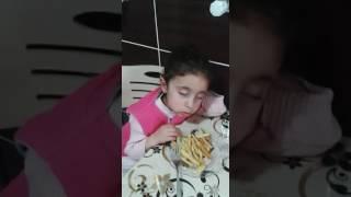 uyurken patates kızartması yiyen çocuk