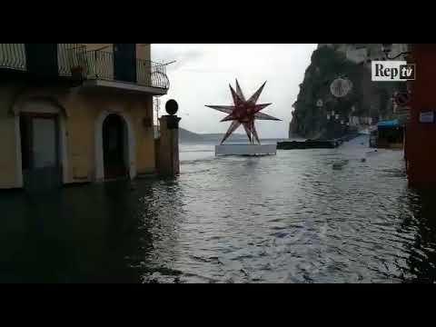 Maltempo, a Ischia Ponte il mare invade il piazzale e le strade