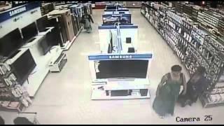 Jak ukraść telewizor ze sklepu? Ta kobieta ma na to odpowiedni patent!