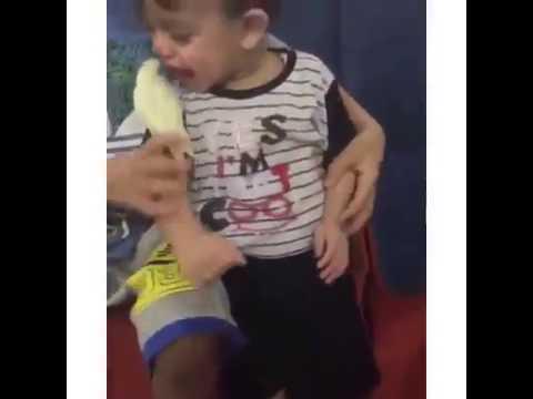 Raju lapsi puree papukaijaa