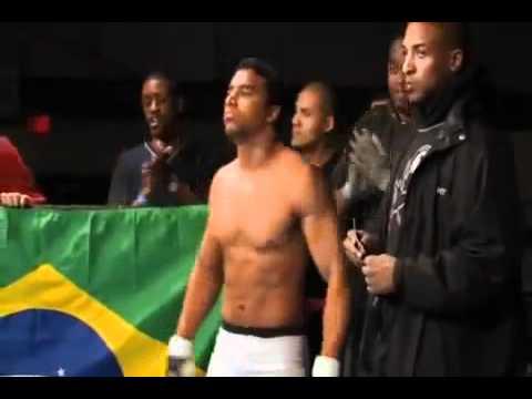 CAPOEIRISTA FAZENDO BONITO EM ESTRÉIA NO MMA. (видео)
