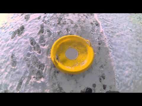Lebensgefährliches Rutschen mit Rutschteller unter den Stacheldraht durch (HD)
