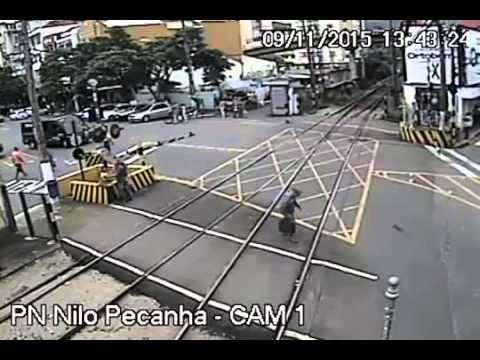 Hombre es casi arrollado por tren
