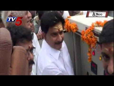 Devineni Uma Special Prayers To Krishna River | Srisailam 4 Gates Opened : TV5 News 01 September 2014 12 PM