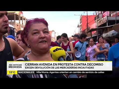 Vendedores cierran avenida en protesta contra decomiso