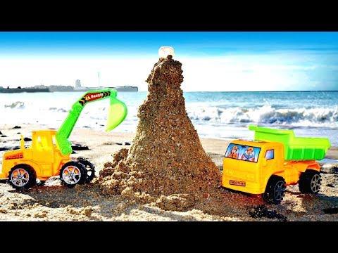 Игры в песочнице - Машинки на пляже - Строим маяк из песка (видео)