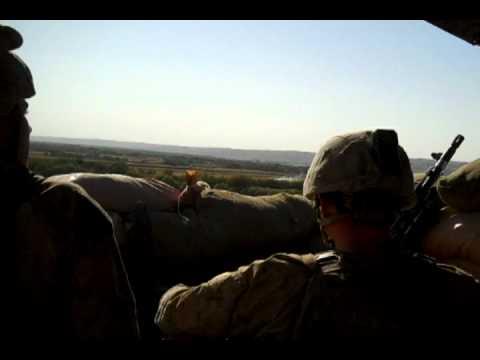 全副武裝的陸戰隊員原本正開心地哼歌休息,沒想到下一秒差點就死無全屍!