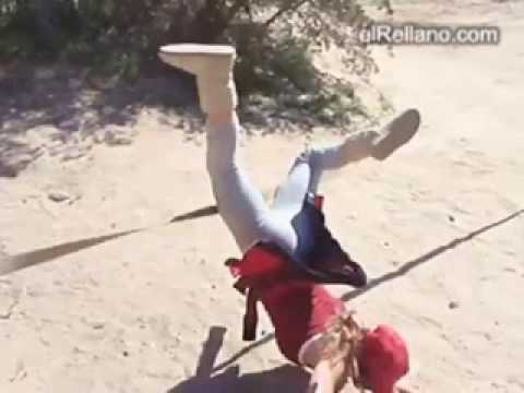 Mujer intentando saltar la cuerda