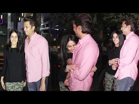 Video DRUNK Riteish Deshmukh & Wife Genelia D'Souza's CUTE Moments After Party download in MP3, 3GP, MP4, WEBM, AVI, FLV January 2017