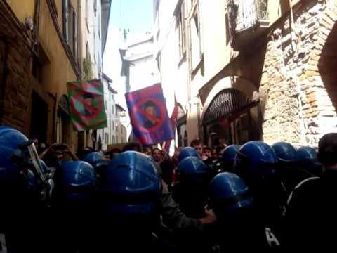 Città Alta, manifestanti provano ad assalire Renzi