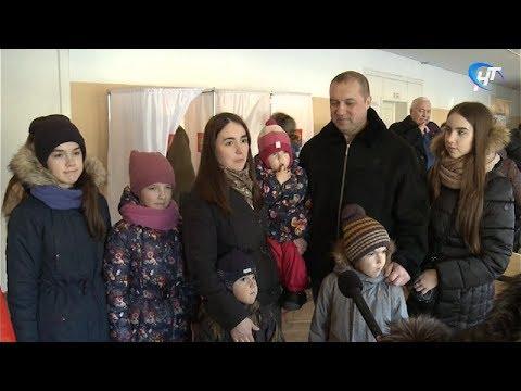 Новгородцы идут отдавать свои голоса на выборах целыми семьями