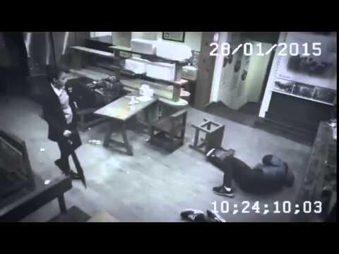 3名男子在餐廳把員工叫出來百般欺辱後,一個女生的現身竟然讓現場的情況大逆轉!