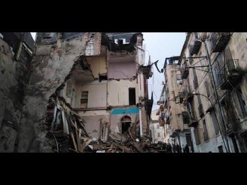 شاهد  لحظة سقوط بناية في حي الطليان  بسكيكدة