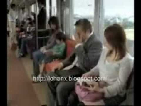 搭電車時千萬要小心美女的腋下?!非常有可能會讓你的額頭燙傷!