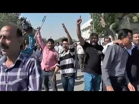 Πακιστάν: Φονικές συγκρούσεις αστυνομίας – διαδηλωτών στο αεροδρόμιο του Καράτσι