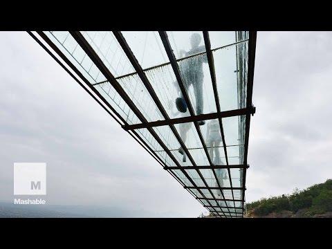 il primo ponte al mondo con la passerella di vetro a 600 piedi d'altezza