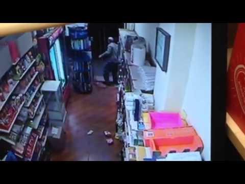 Video - ΒΙΝΤΕΟ-Άγρια πάλη ψιλικατζή με επίδοξο ένοπλο ληστή