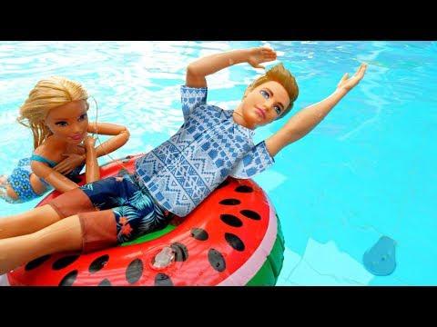 Barbie oyunları. Barbie Ken'i su parkında yüzmeye öğretiyor. Su oyunları