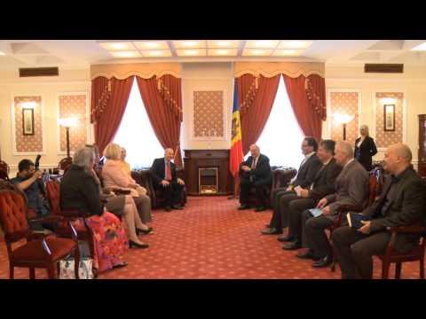"""Președintele Republicii Moldova, Nicolae Timofti, i-a înmânat """"Ordinul de Onoare"""" ambasadorului SUA, William Henry Moser"""