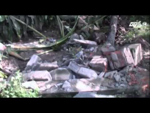 TP HCM: Xe container tông vào nhà dân