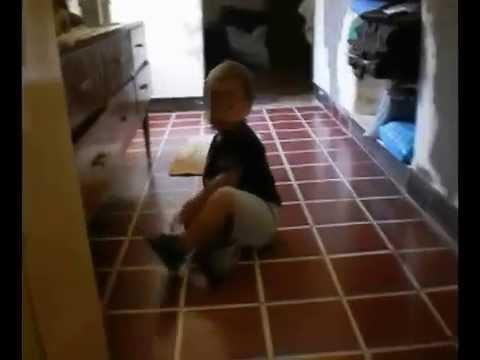 stava filmando il suo bambino: guardate cosa riprende la telecamera!