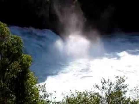 Huka Falls河水洶湧而出