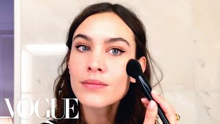 Download Video Alexa Chung's Genius Trick for the Perfect Cat-Eye | Beauty Secrets | Vogue MP3 3GP MP4