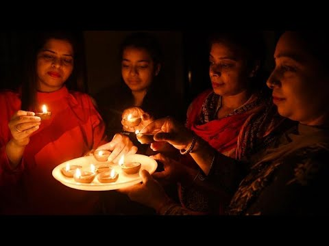 Ινδία: Έσβησαν τα φώτα και άναψαν κεριά