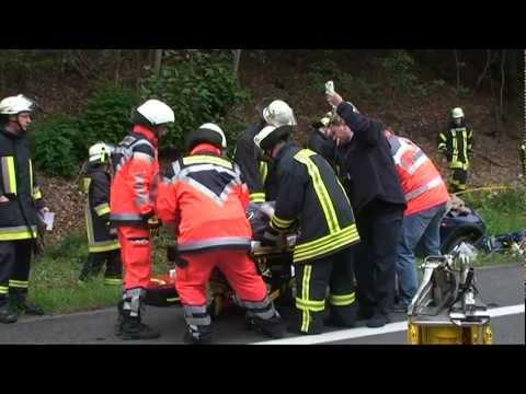 Vöhl: Fahrerin im Auto eingeklemmt