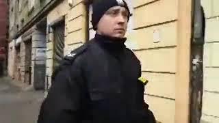 Obywatele bez podania podstawy prawnej są na siłę wpychani przez policje do radiowozów.