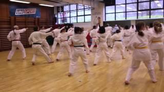 Taekwondo ist eine Kampfkunst der waffenlosen Selbstverteidigung, die sich über 2000 Jahre hinweg in Korea selbständig entwickelt hat und in unserem Zeitalter zur Olympischen Disziplin geworden ist. Der Begriff Taekwondo steht für folgende drei alten koreanischen Wörter: Tae - im Sprung treten - kennzeichnet die Beintechniken, Kwon - Faust - drückt die Handtechniken aus, Do - der Weg, die Kunst - bezieht sich auf den körperlichen und geistigen Reifeprozess. Grundübungen, Formentraining und Freikampf stellen höchste Anforderungen an Kraftausdauer und Schnelligkeit. Die vielen Fußtechniken schulen die Beweglichkeit.Die UniSport-Ausbildung erfolgt in systematischen Kursen vom weißen (Anfängerstufe) bis zum schwarzen Gürtel (Meisterstufe). Der Frauenanteil liegt bei über 50%. Die Möglichkeit zur Teilnahme an Prüfungen wird zur Motivation und objektiven Standortbestimmung genutzt. Gürtelprüfungen für Fortgeschrittene sowie Dan-Prüfungen (schwarze Gürtel) obliegen den Fachverbänden.Weiter Infortmationen findet Ihr auf www.unisport.koeln