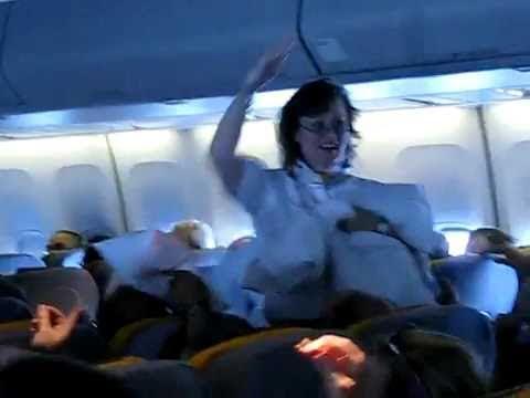 「ドイツの飛行機でまさかの枕投げ!これにはキャビンアテンダントもびっくり。。」のイメージ
