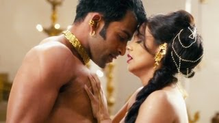 Enjoy this hot and groovy track from Rani Mukherjee starrer movie