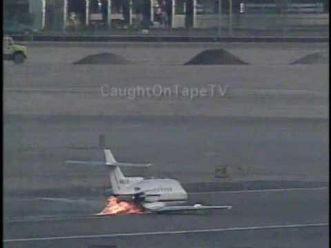 Jet civil atterizaje en vientre con llamas