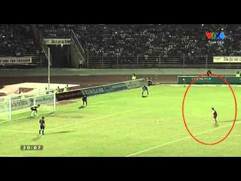 Cầu thủ U21 trêu ngươi thủ môn rồi sút bóng lên trời :))