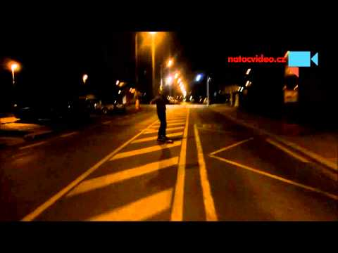 Noční jízda na longboardu