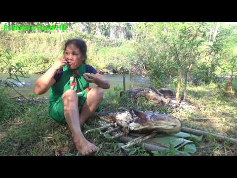 Primitive Technology Wild Girl - Survival skills catch big fish and Cooking fish - Eating delicious