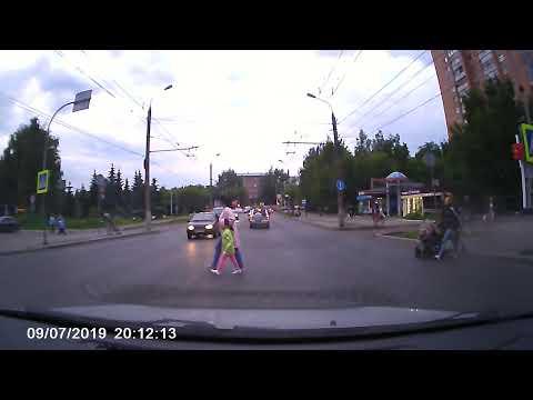 Имел ли право велосипедист пнуть зеркало машины ?