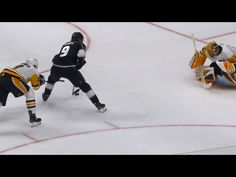 Video: Kings' Kempe shows patience beats Penguins' DeSmith