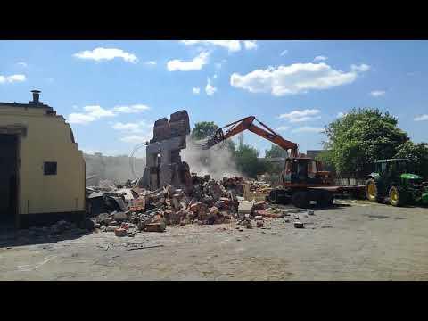 Wideo1: Wyburzanie starych budynków na placu leszczyńskiej komendy policji