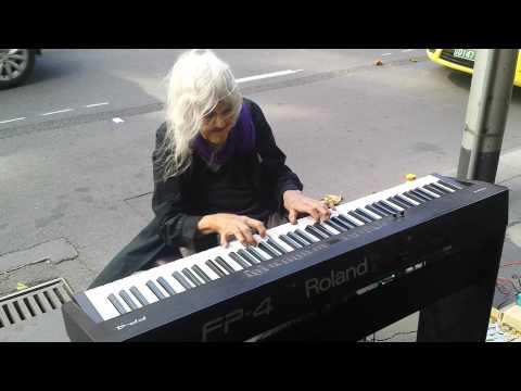 Increíble recital de piano de una anciana en la calle